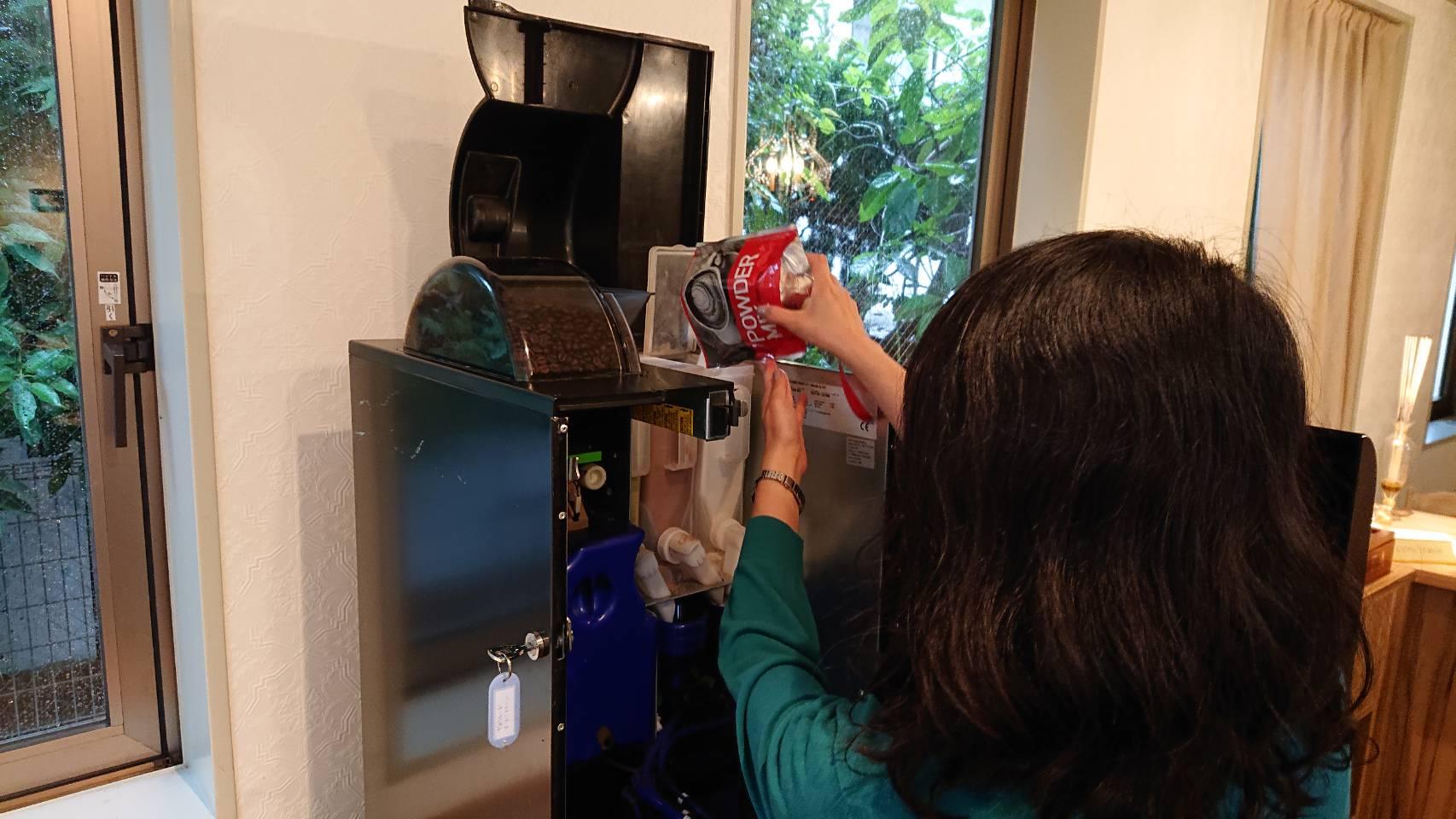 レンタルサロン グラマラスエイチ麻布広尾のスタッフの毎朝は、施設の掃除や備品の補充から始まります。